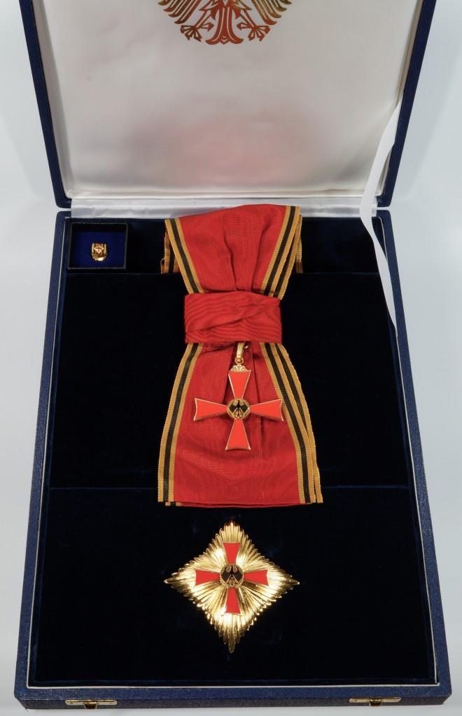 Grosses Verdienstkreuz mit Stern und Schulterband im Etui, verliehen an Dr. Josef Stingl.