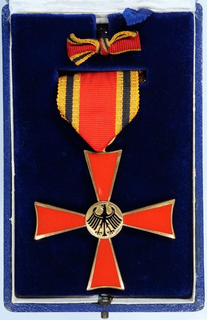 Etui des Verdienstkreuzes am Band mit Miniatur des Feuerwerkers Hugo Winter aus Kreuzau, vom 22. April 1958.