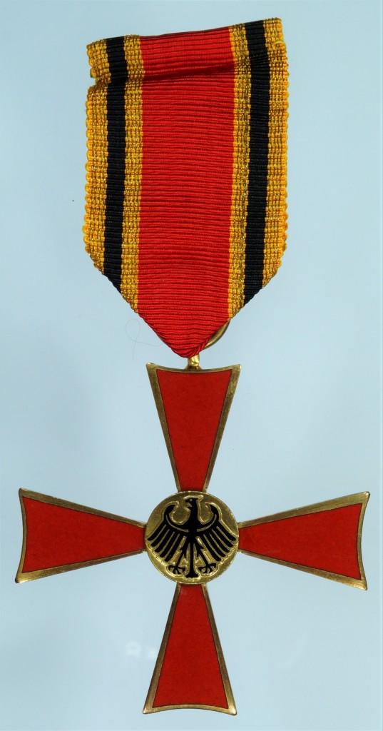 Vorderseite des Verdienstkreuzes am Band des Feuerwerkers Hugo Winter aus Kreuzau, vom 22. April 1958. Hersteller: Fa. C. E. Juncker.