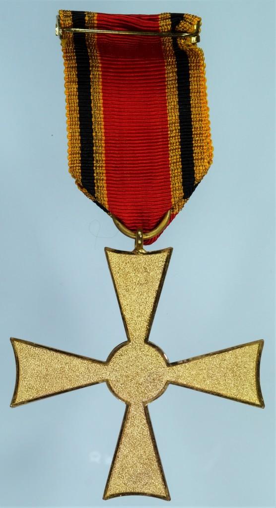 Rückseite des Verdienstkreuzes am Band des Feuerwerkers Hugo Winter aus Kreuzau, vom 22. April 1958. Hersteller: Fa. C. E. Juncker.