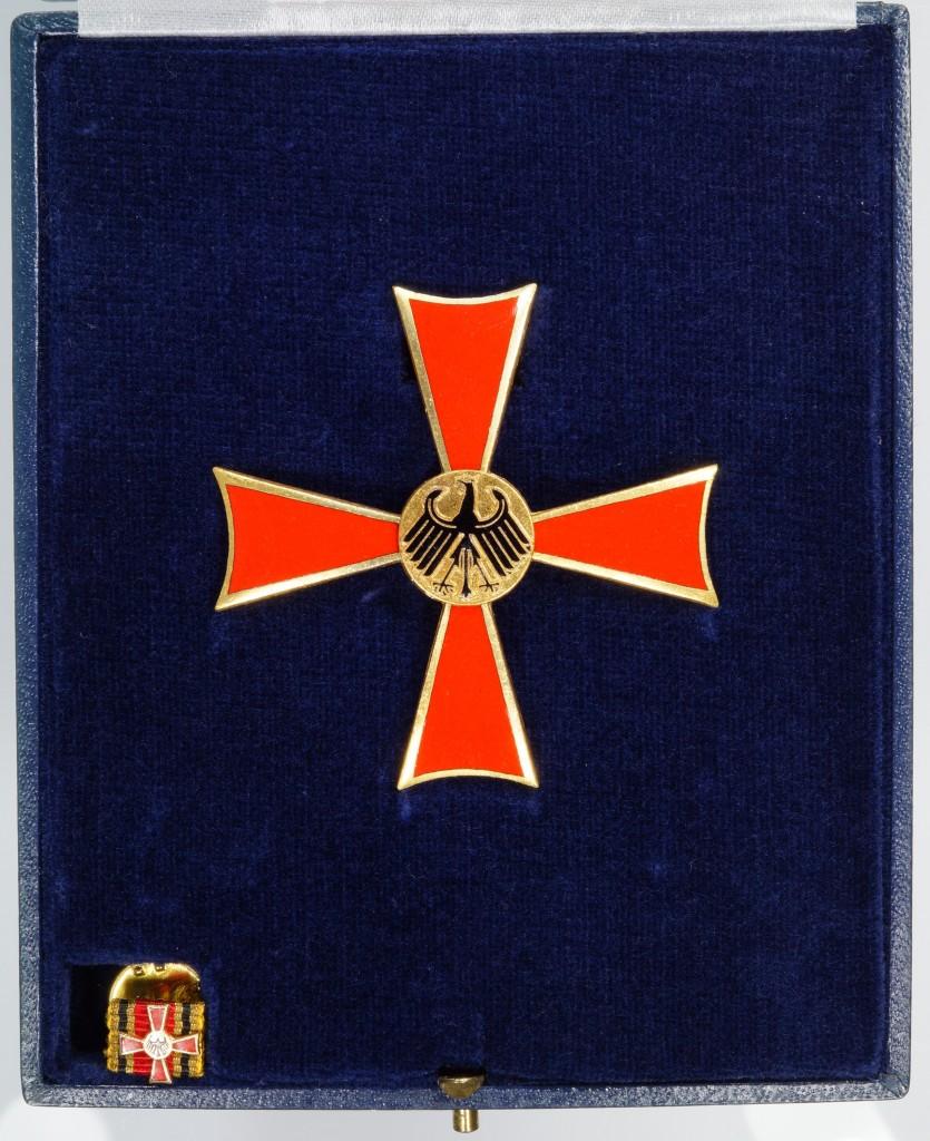 Etui des Verdienstkreuzes 1. Klasse mit Miniatur für den Feuerwerker Hugo Winter aus Kreuzau, vom 12. März 1976.