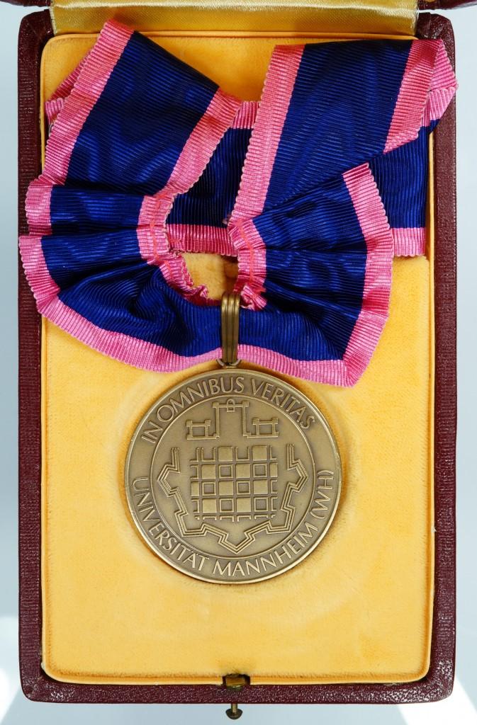 Ehrensenator-Medaille der Universität Mannheim, verliehen an Dr. Josef Stingl.