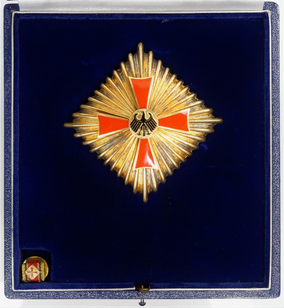 Stern zum Grossen Verdienstkreuz im Etui, verliehen an Dr. Josef Stingl.
