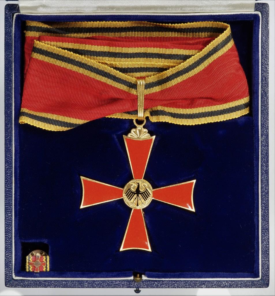 Grosses Verdienstkreuz im Etui, verliehen an Dr. Josef Stingl.