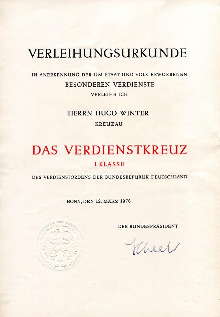 Verleihungsurkunde zum Verdienstkreuz 1. Klasse für den Feuerwerker Hugo Winter aus Kreuzau, vom 12. März 1976. Unterschrift: Bundespräsident Scheel.
