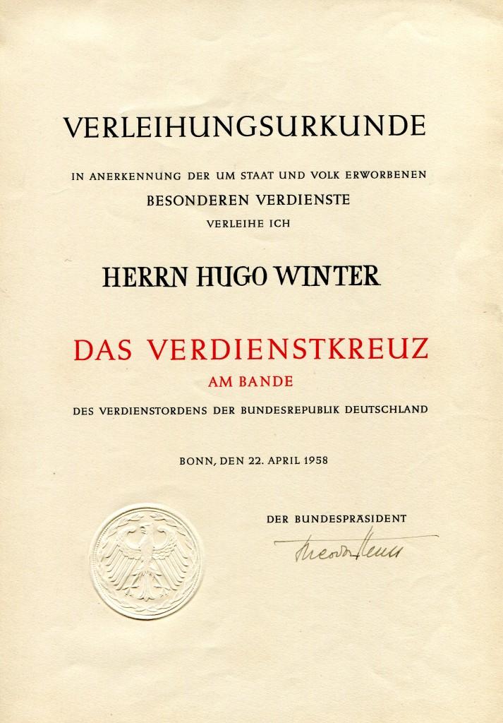 Verleihungsurkunde zum Verdienstkreuz am Band für den Feuerwerker Hugo Winter aus Kreuzau, vom 22. April 1958. Unterschrift: Bundespräsident Heuss.