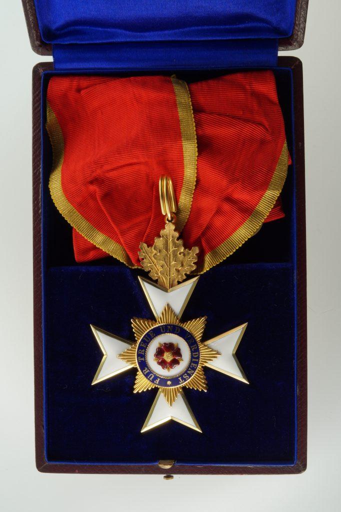 Ehrenkreuz 2. Klasse mit Eichenlaub im Etui