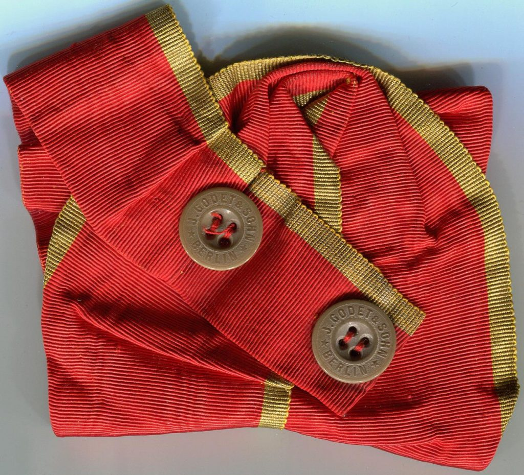 Konfektioniertes Ordensband mit Godet-Knöpfen